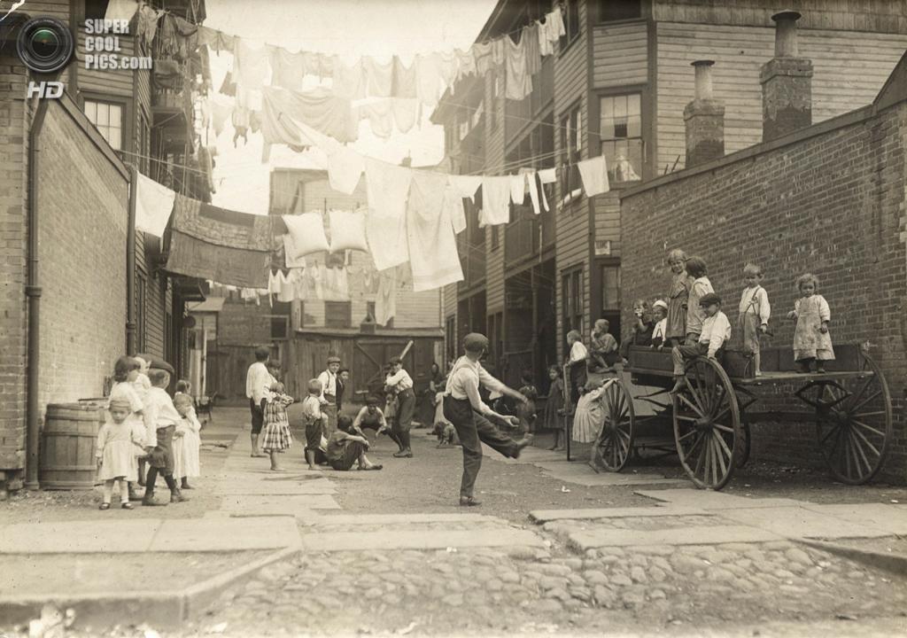 «Детская площадка в промышленном городке», 1909 год. (Lewis W. Hine/George Eastman House Collection)