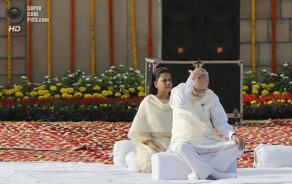Индия. Нью-Дели. 2 октября. Лидер оппозиционной партии «Бхаратия джаната парти» Лал Кришна Адвани со своей дочерью Пратибхой воздает хвалу Махатме Ганди. (REUTERS/Adnan Abidi)