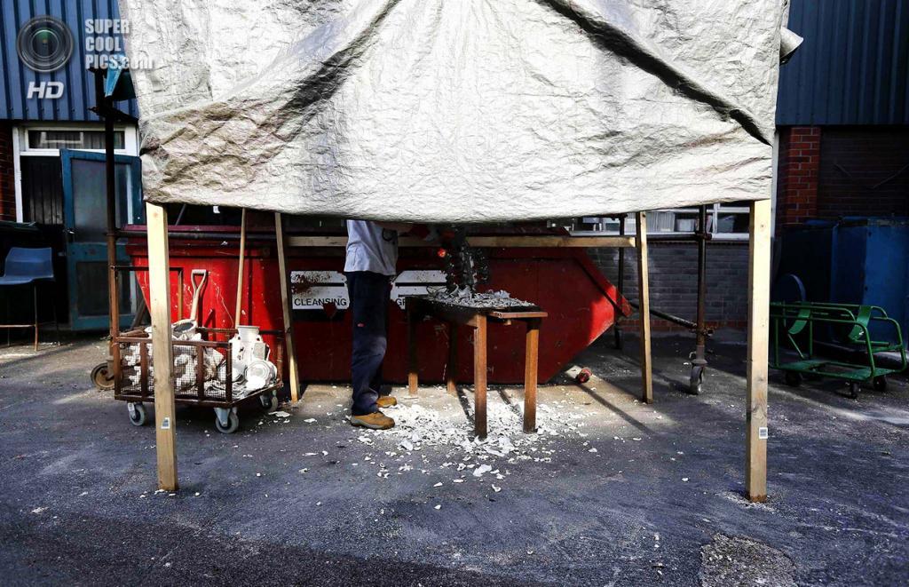 Великобритания. Саутгемптон, Англия. Работник Polycast Limited Стивен Ричардсон нарезает форму. (REUTERS/Stefan Wermuth)