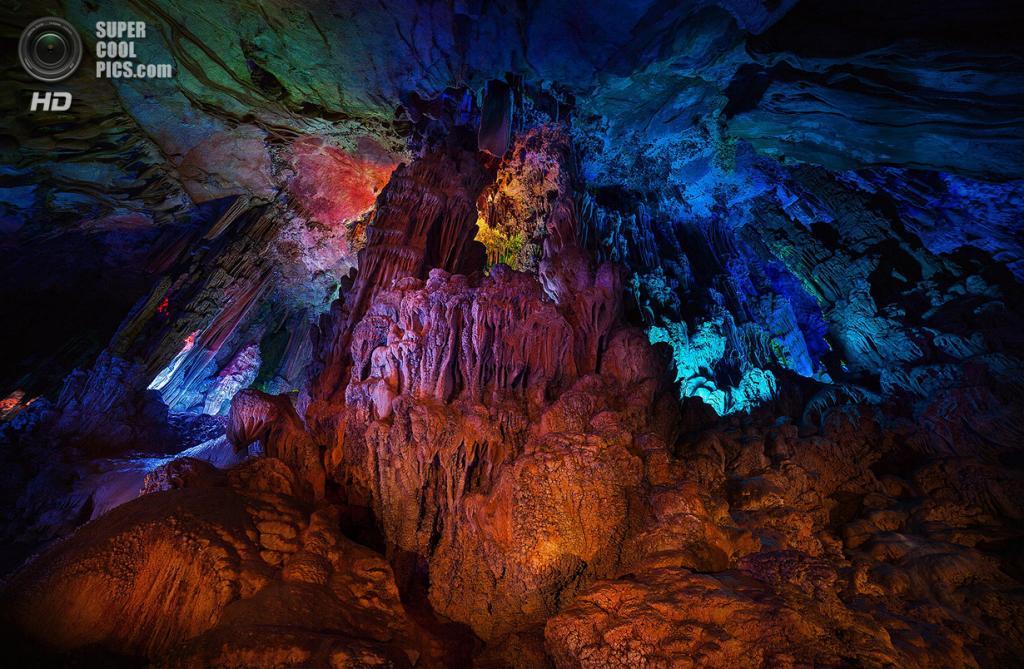Китай. Гуйлинь, Гуанси. Пещера тростниковой флейты. (Peter Stewart)