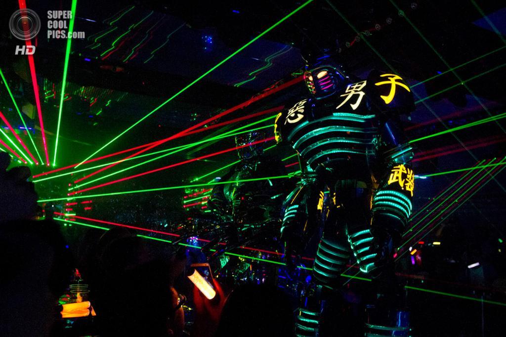 Япония. Токио. 6 октября. Светопредставление с роботами во время шоу-программы для посетитилей ресторана «Robot Restaurant». (AP Photo/Jacquelyn Martin)