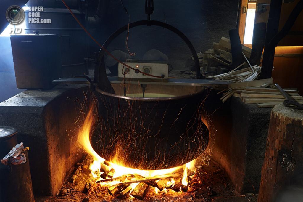 Процесс приготовления сыра. (Reuters/Denis Balibouse)