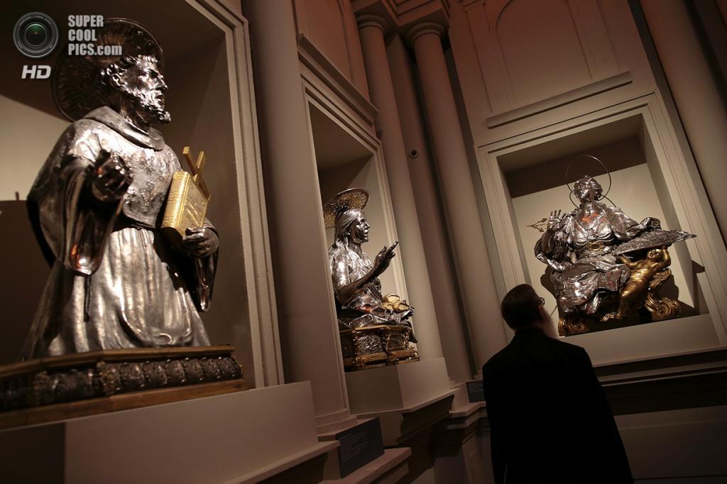 Италия. Рим. 29 октября. На выставке «Сокровища Святого Януария». (REUTERS/Tony Gentile)