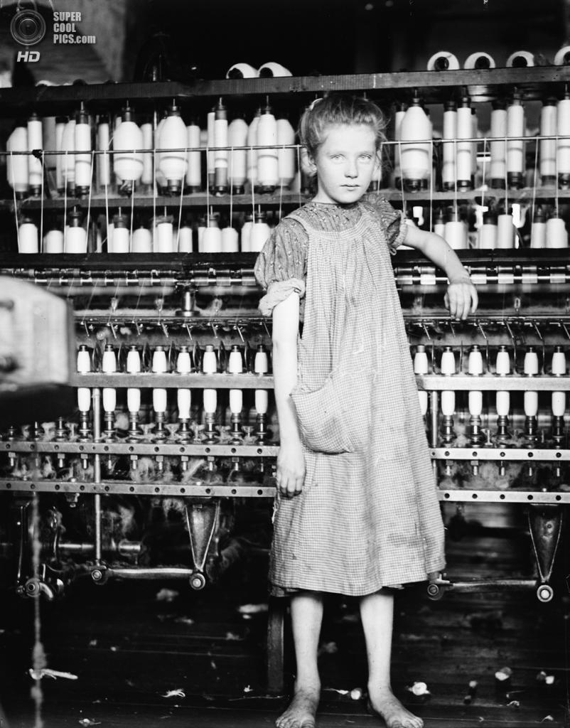 «Эдди Кард, 12 лет. Прядильщица на хлопчатобумажном комбинате в Вермонте», 1910 год. (Lewis W. Hine/Library of Congress)