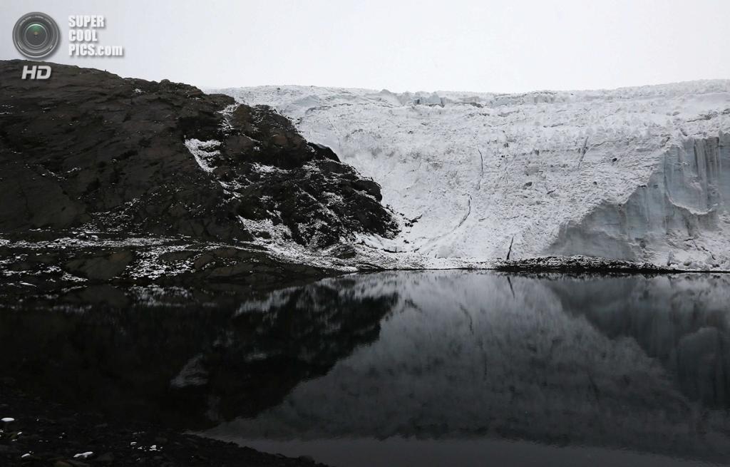 Перу. Уарас, Анкаш. 19 сентября. Вид с вершины ледника Пасторури на ледниковое озеро. (REUTERS/Mariana Bazo)