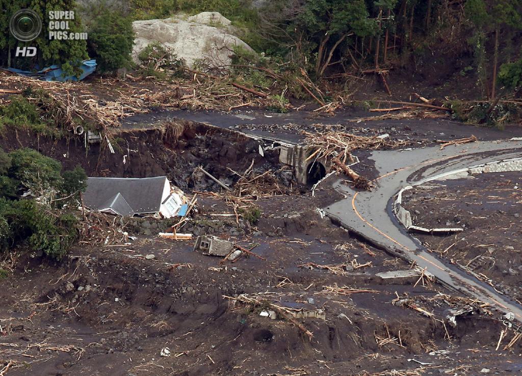 Япония. Осима, Токио. 16 октября. Последствия тайфуна «Випа». (JIJI PRESS/AFP/Getty Images)