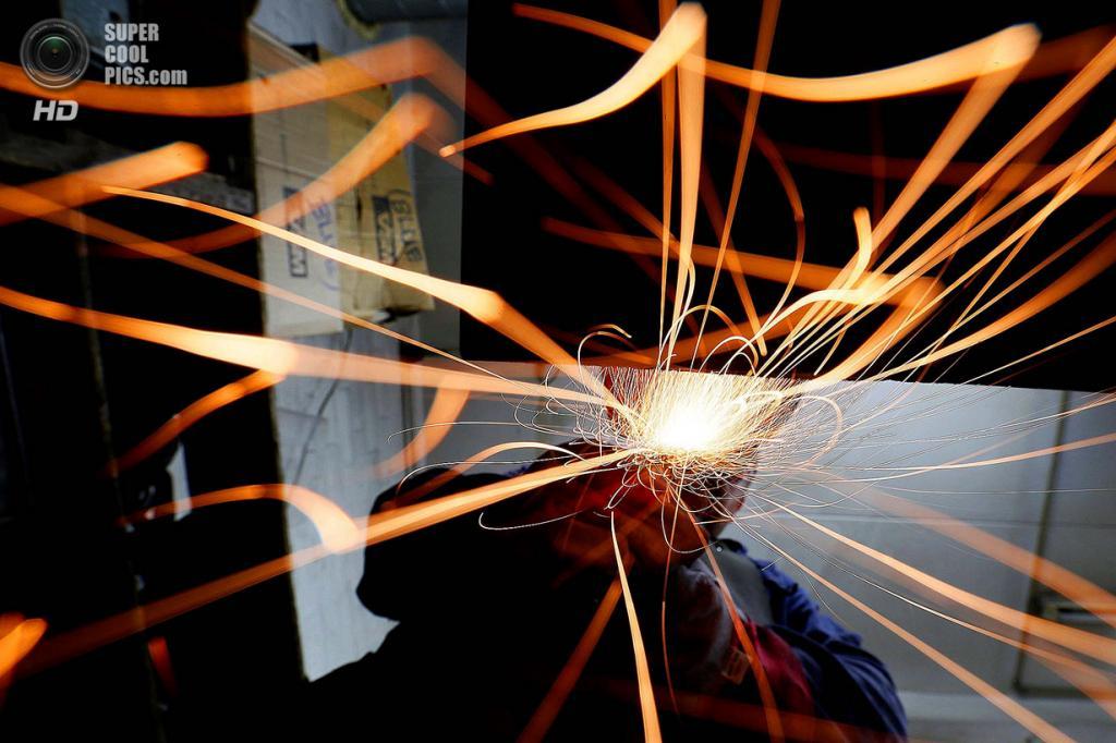 Великобритания. Саутгемптон, Англия. Работник Polycast Limited Барри Смит шлифует статуэтки. (REUTERS/Stefan Wermuth)