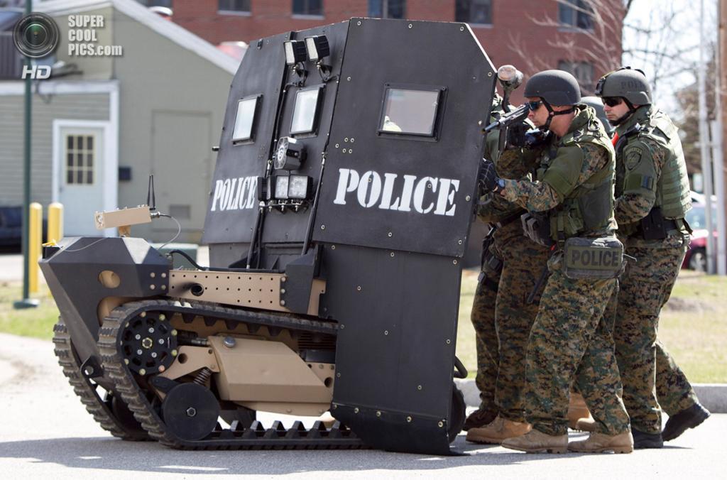 США. Санфорд, Мэн. 18 апреля. Робот-щит длоя отряда SWAT, разработанный Howe & Howe Technologies. (AP Photo/Robert F. Bukaty)