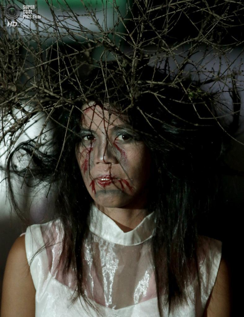 Филиппины. Обандо, Булакан. 27 октября. Одна из танцовщиц-зомби. (AP Photo/Bullit Marquez)