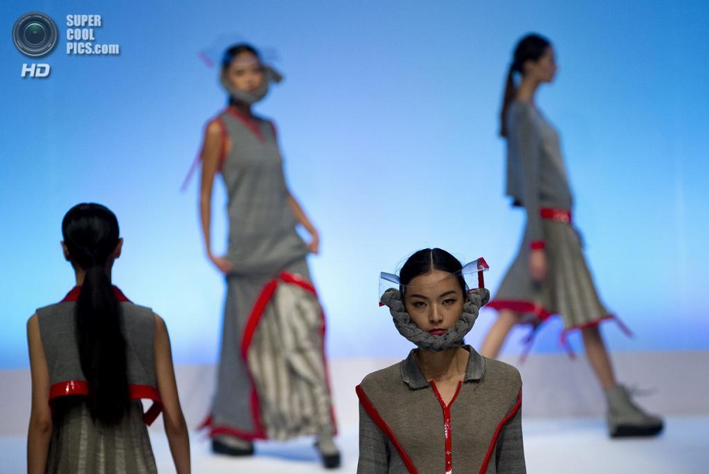 Китай. Пекин. 28 октября. Новая коллекция Teng Xiaoyang на Неделе моды в Пекине. (AP Photo/Andy Wong)