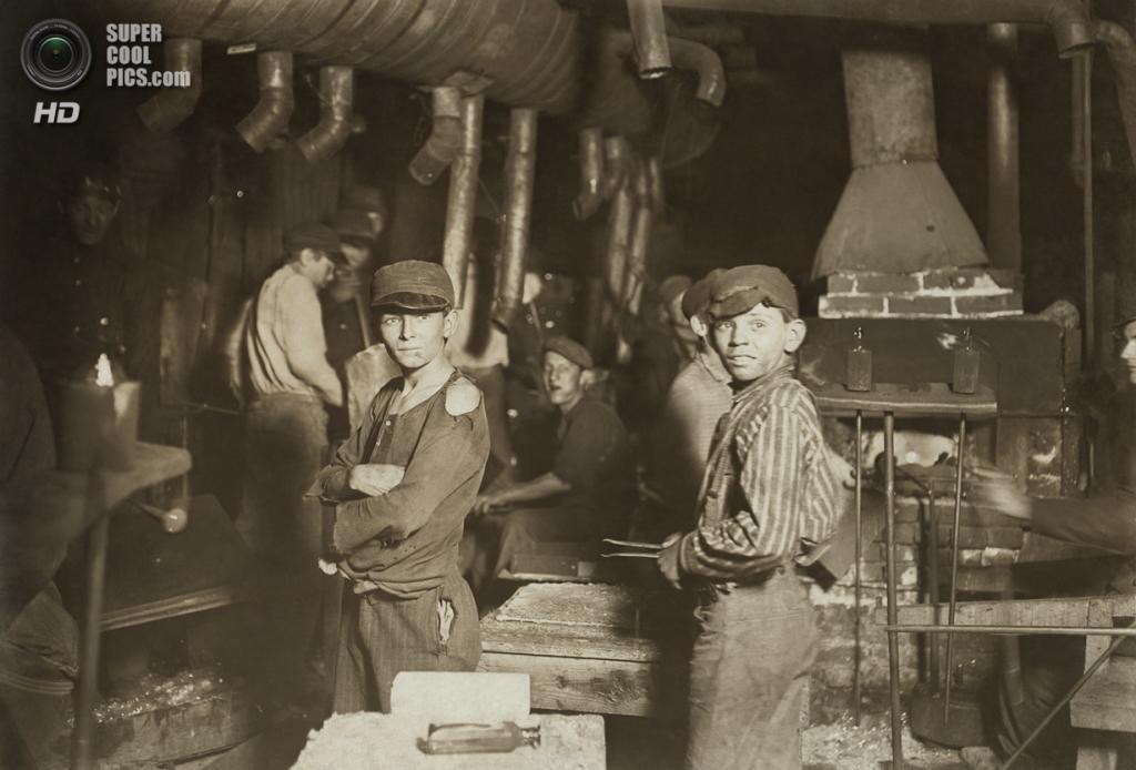 «Стеклозавод. Полночь. Индиана», 1908 год. (Lewis W. Hine/Library of Congress)