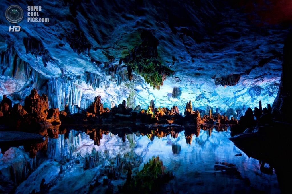Китай. Гуйлинь, Гуанси. Пещера тростниковой флейты. (Sendi Widjaja)