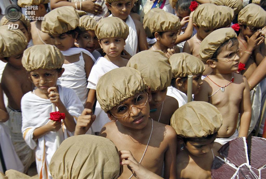 Индия. Ченнаи, Тамилнад. 2 октября. Индийские дети в образе Махатмы Ганди на праздновании 144-й годовщины его рождения. (REUTERS/Babu)