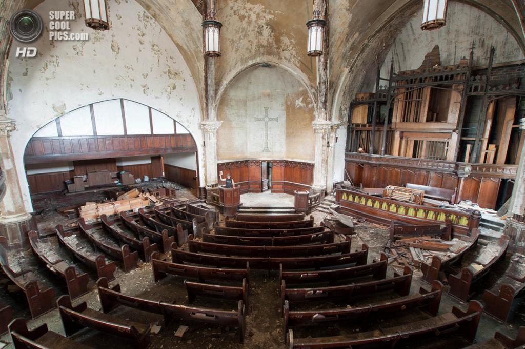 США. Детройт, Мичиган. Заброшенная пресвитерианская церковь на Вудвард-авеню. (Bradley Garrett)