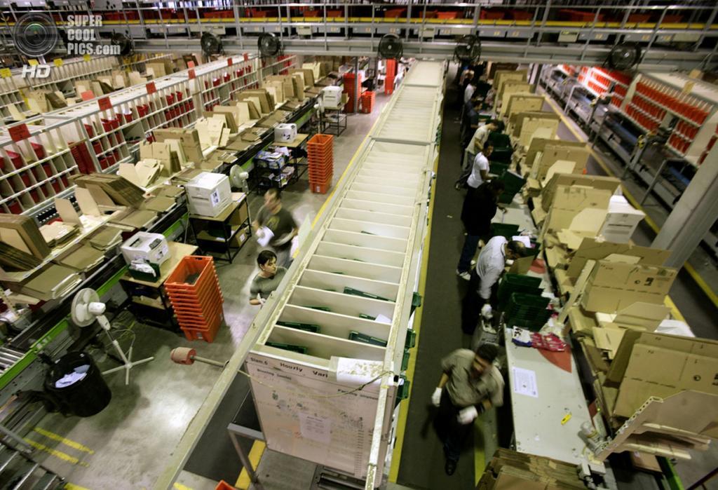 Великобритания. Милтон-Кинс, Бакингемшир, Англия. 17 ноября 2006 года. Рабочие на складах британского подразделения Amazon.com. (REUTERS/Dylan Martinez)