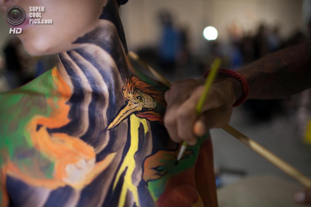 США. Атланта, Джорджия. 28 сентября. Художник Брендон Сэдлер разукрашивает модель на фестивале «Living Art America / Bodies as a Work of Art». (AP Photo/Branden Camp)