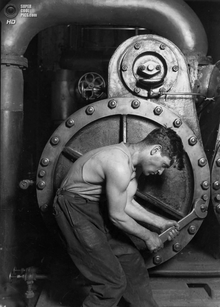 «Механик, работающий с паровым насосом на электростанции», 1920 год. (Lewis W. Hine/Library of Congress)