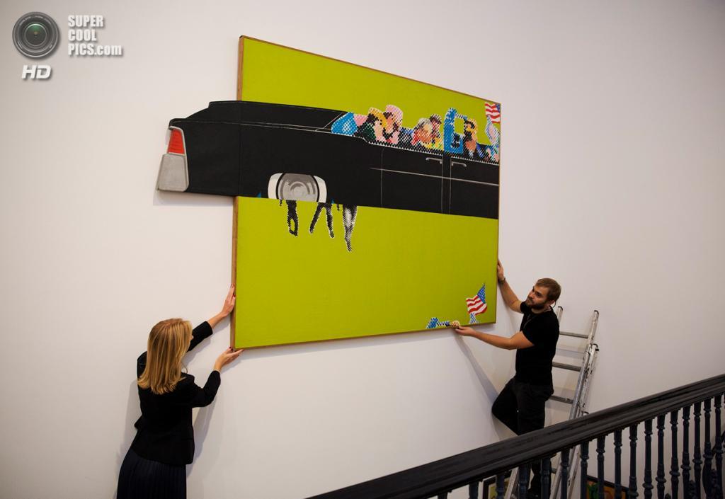Великобритания. Лондон. 8 октября. Работа Джеральда Леинга «Lincoln Convertible» на пресс-показе выставки «When Britain Went Pop!» в галерее Christie's Mayfair. (AP Photo/Matt Dunham)