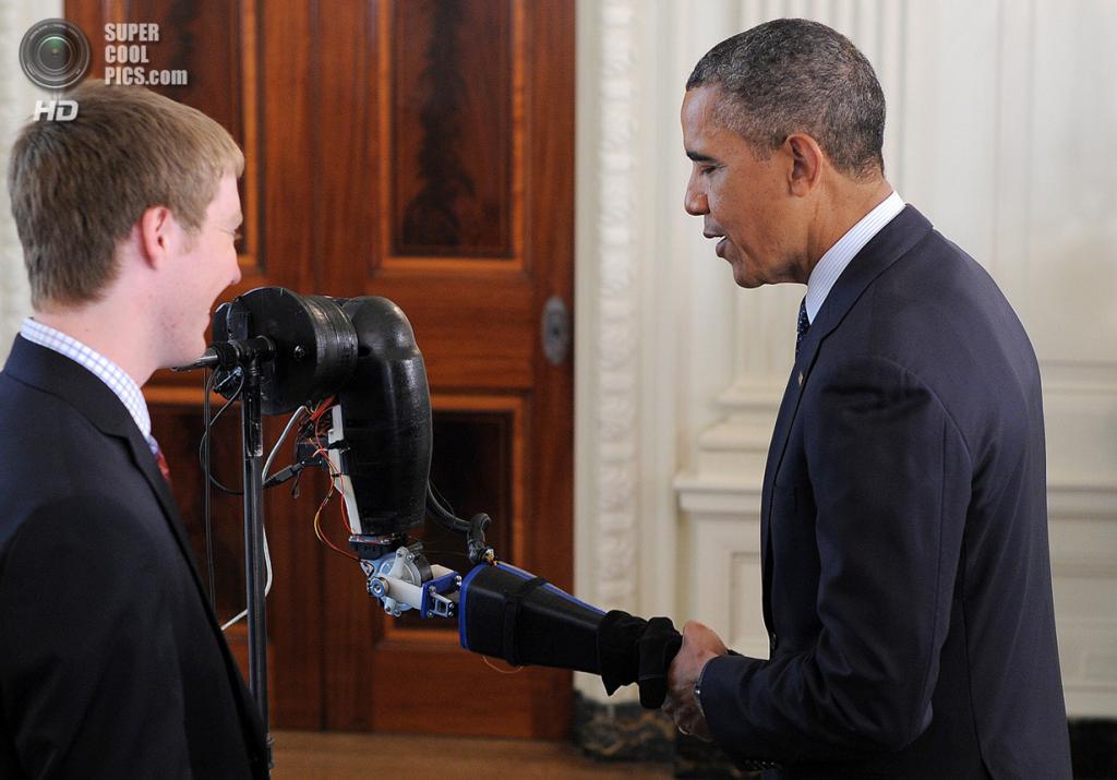 США. Вашингтон. 22 апреля. Президент США Барак Обама пожимает роботическую руку на научной ярмарке, организованной в Белом Доме. (Jewel Samad/AFP/Getty Images)