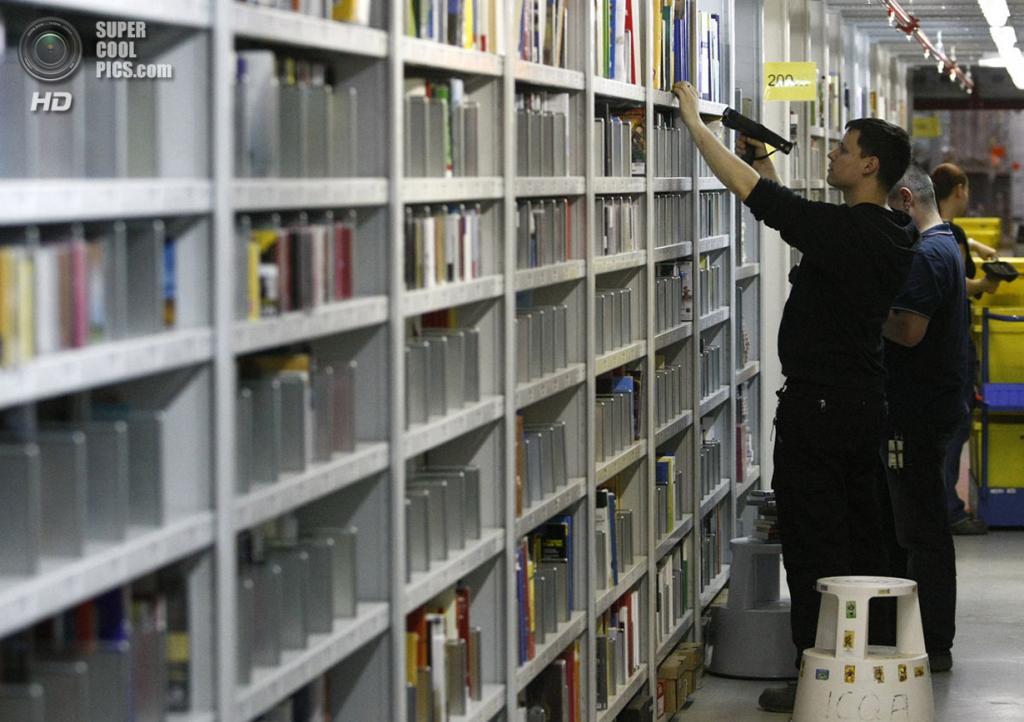 Германия. Лейпциг, Саксония. 3 декабря 2008 года. Рабочие склада Amazon.com сканируют товары. (REUTERS/Fabrizio Bensch)