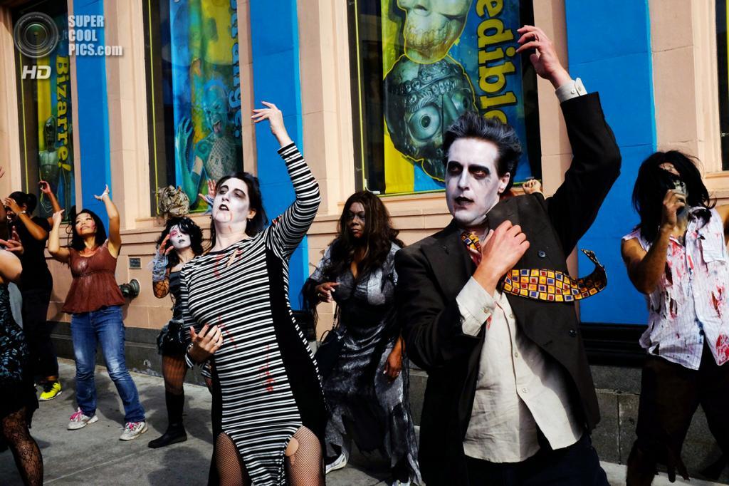 США. Лос-Анджелес, Калифорния. 26 октября. Танцоры, исполняющие танец зомби из легендарного клипа Майкла Джексона на песню «Thriller» в честь её 30-летия. (AP Photo/Richard Vogel)