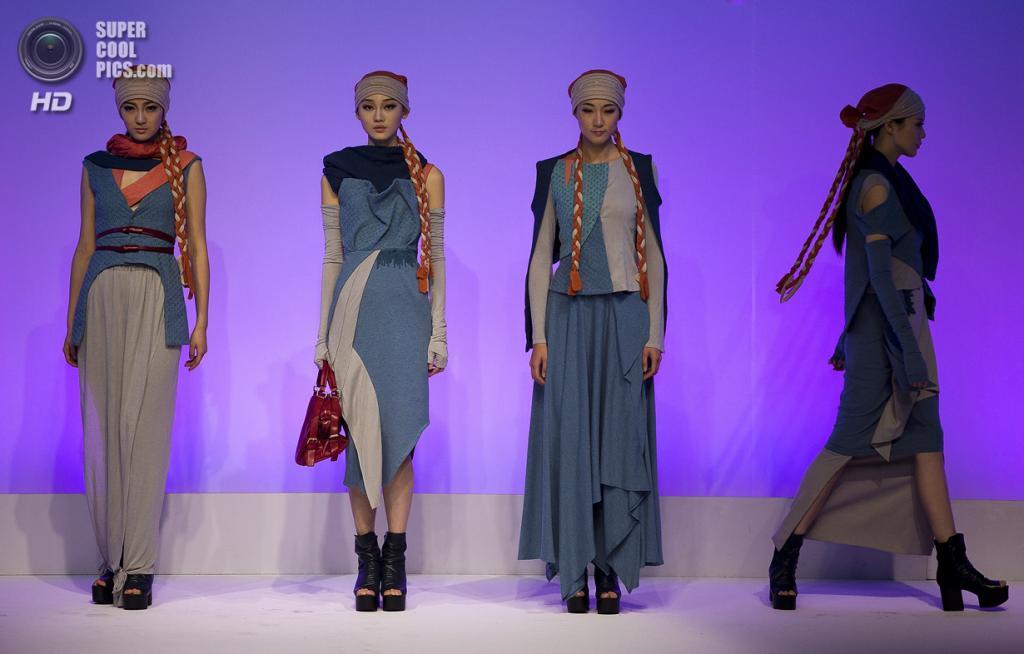 Китай. Пекин. 28 октября. Новая коллекция Gao Lei на Неделе моды в Пекине. (AP Photo/Andy Wong)