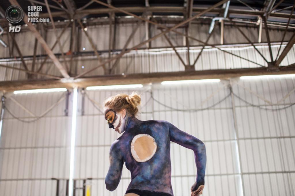 США. Атланта, Джорджия. 28 сентября. Модель Хэзер Петржак на фестивале «Living Art America / Bodies as a Work of Art». (AP Photo/Branden Camp)