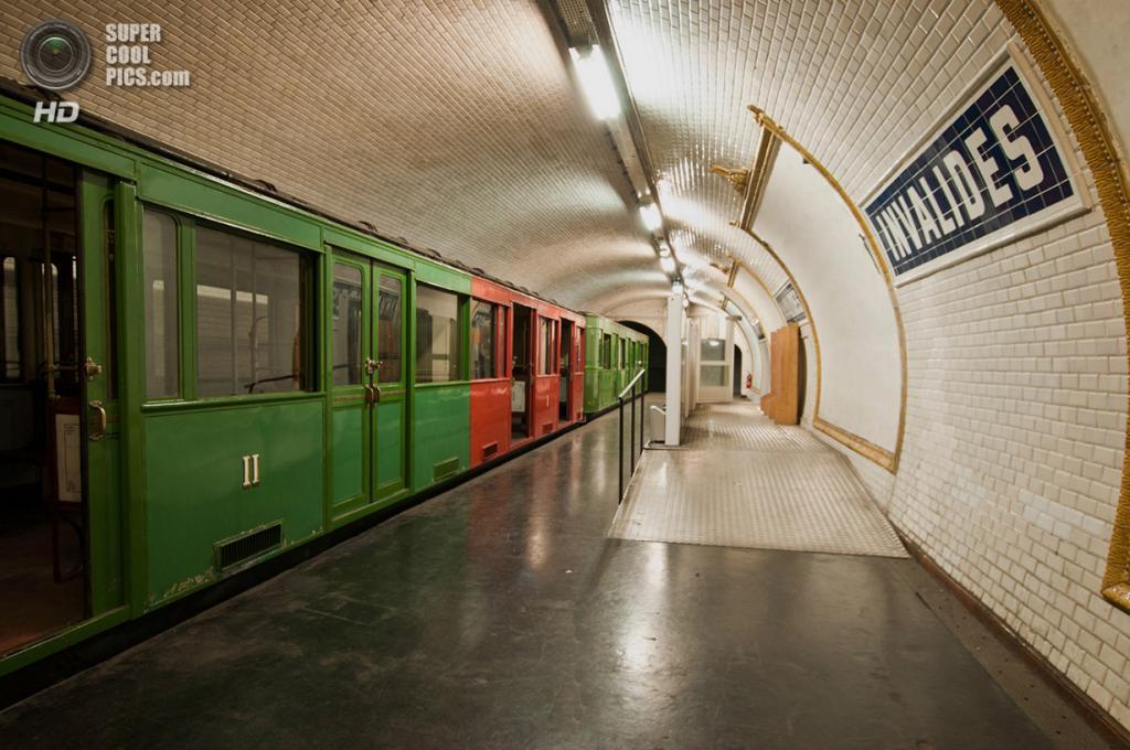 Франция. Париж. Заброшенная станция метро «Дом инвалидов». (Bradley Garrett)