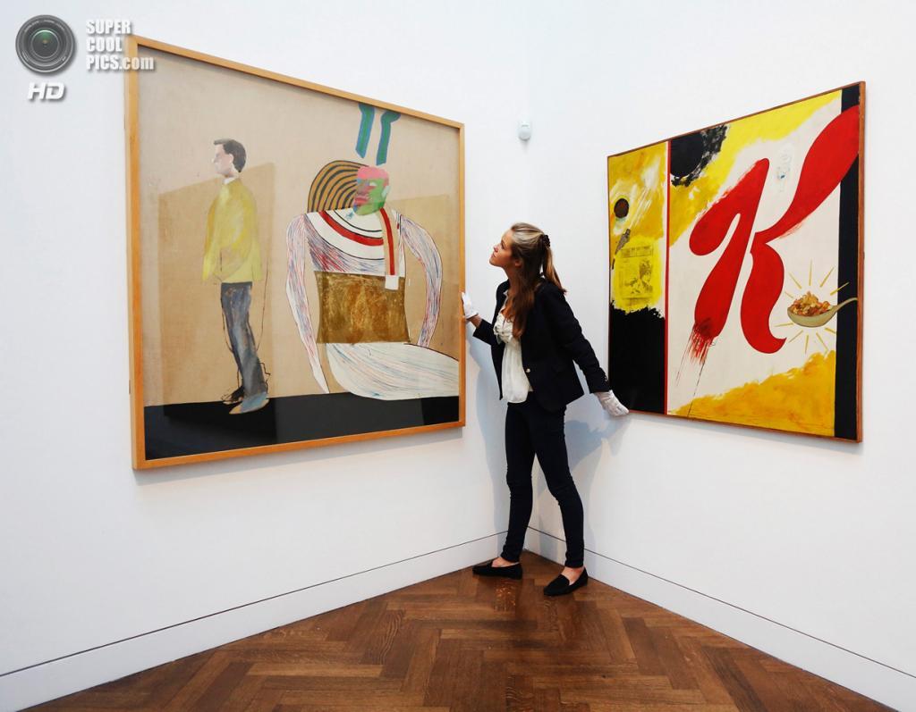 Великобритания. Лондон. 8 октября. Работы Дэвида Хокни «Man in a Museum (Or You're in the Wrong Movie)» и Дерека Бошиера «Special K» на пресс-показе выставки «When Britain Went Pop!» в галерее Christie's Mayfair. (REUTERS/Luke MacGregor)