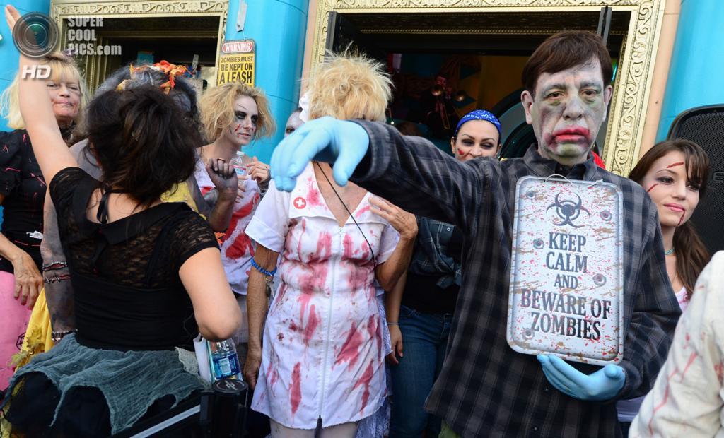 США. Лос-Анджелес, Калифорния. 26 октября. Танцоры, исполняющие танец зомби из легендарного клипа Майкла Джексона на песню «Thriller» в честь её 30-летия. (FREDERIC J. BROWN/AFP/Getty Images)