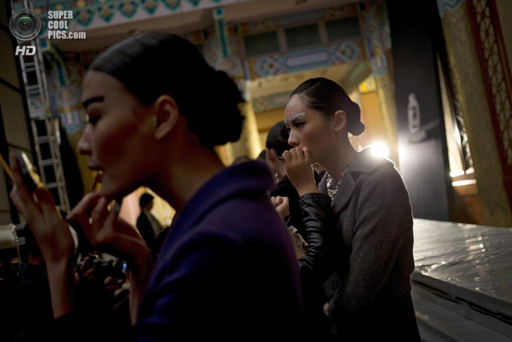 Китай. Пекин. 27 октября. Новая коллекция Zhuang Ganran на Неделе моды в Пекине. (AP Photo/Andy Wong)