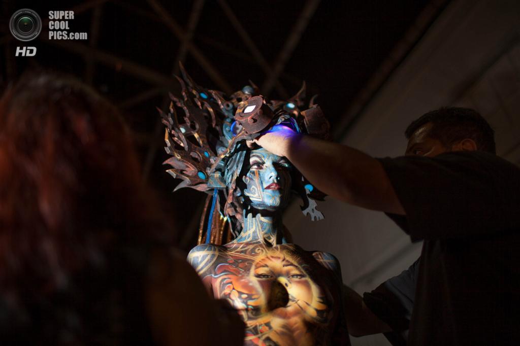 США. Атланта, Джорджия. 28 сентября. Канадские художники Лори Хэмел и Алекс Хансен разукрашивают модель Кимберли Эйкис на фестивале «Living Art America / Bodies as a Work of Art». (AP Photo/Branden Camp)