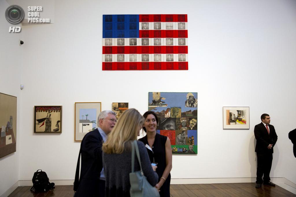 Великобритания. Лондон. 8 октября. Работа Билли Эппла «The Presidential Suite: JFK» на пресс-показе выставки «When Britain Went Pop!» в галерее Christie's Mayfair. (AP Photo/Matt Dunham)