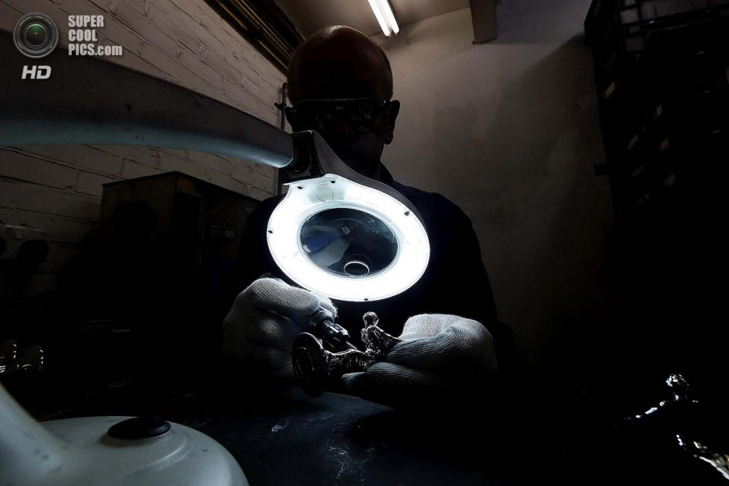 Великобритания. Саутгемптон, Англия. Работник Polycast Limited Рональд Литтл занимается отделкой отлитых статуэток. (REUTERS/Stefan Wermuth)