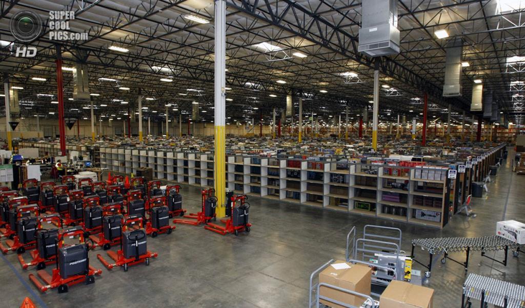 США. Гудиер, Аризона. 16 ноября 2009 года. Товары на складе Amazon.com. (REUTERS/Rick Scuteri)