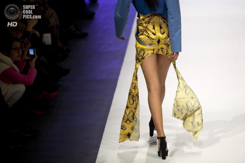 Китай. Пекин. 28 октября. Новая коллекция Li Pengfei на Неделе моды в Пекине. (AP Photo/Andy Wong)