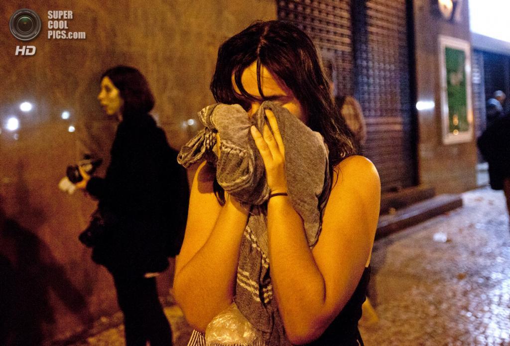 Бразилия. Рио-де-Жанейро. 7 октября. Во время демонстрации, переросшей в ожесточённое противостояние с полицией, в поддержку учителей, которые около двух месяцев требуют повышения зарплаты. (AP Photo/Silvia Izquierdo)