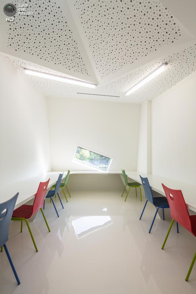 Франция. Мюлуз, Эльзас. Социокультурный центр, спроектированный Paul Le Quernec. (11h45)