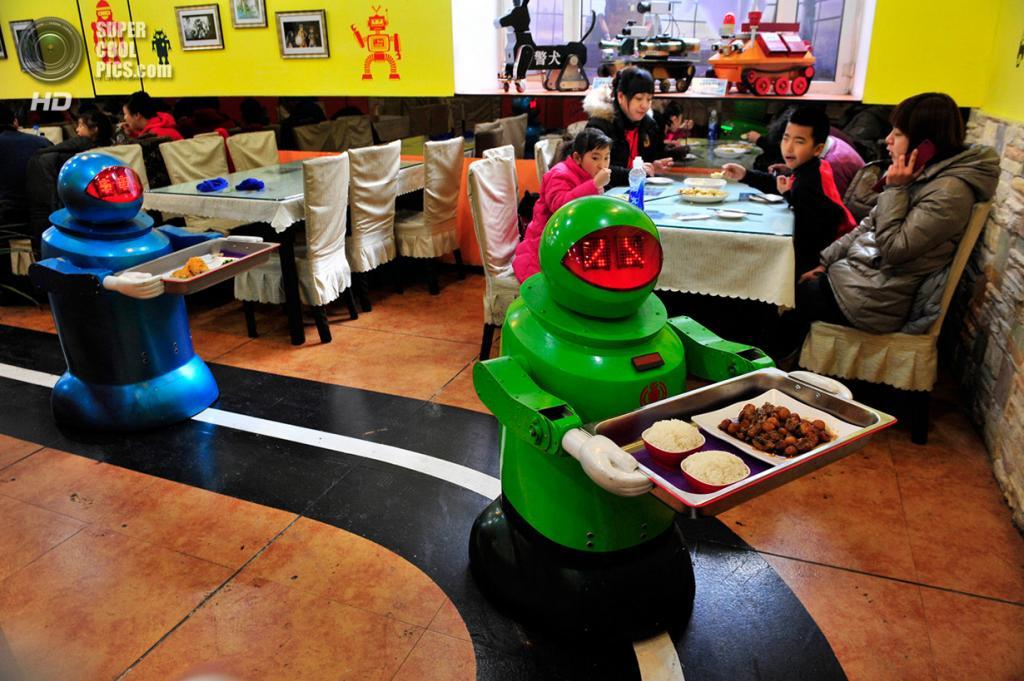 Китай. Харбин, Хэйлунцзян. 12 января. Роботы-официанты разносят еду в ресторане. (REUTERS/Sheng Li)