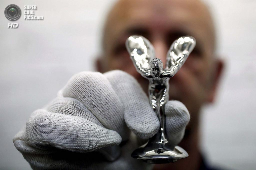 Великобритания. Саутгемптон, Англия. Работник Polycast Limited Рональд Литтл демонстрирует готовую статуэтку. (REUTERS/Stefan Wermuth)