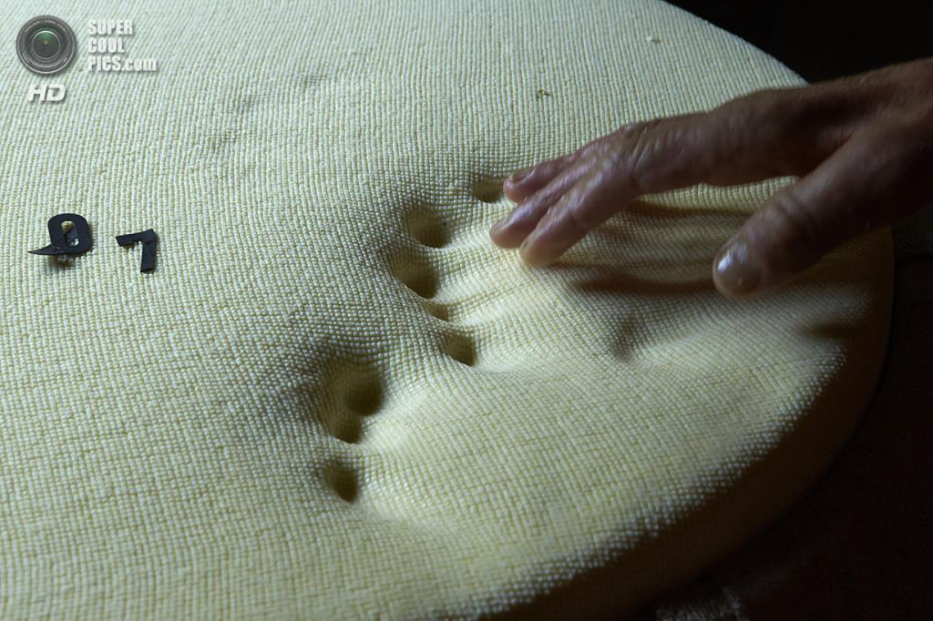 Швейцария. Грюйер. Во время осмотра готового сыра. (Reuters/Denis Balibouse)