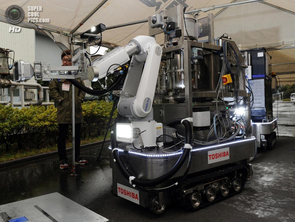 Япония. Йокогама, Канагава. 15 февраля. Робот, разработанный Toshiba для обеззараживания территории на атомных электростанциях, в частности АЭС Фукусима-1. (Yoshikazu Tsuno/AFP/Getty Images)