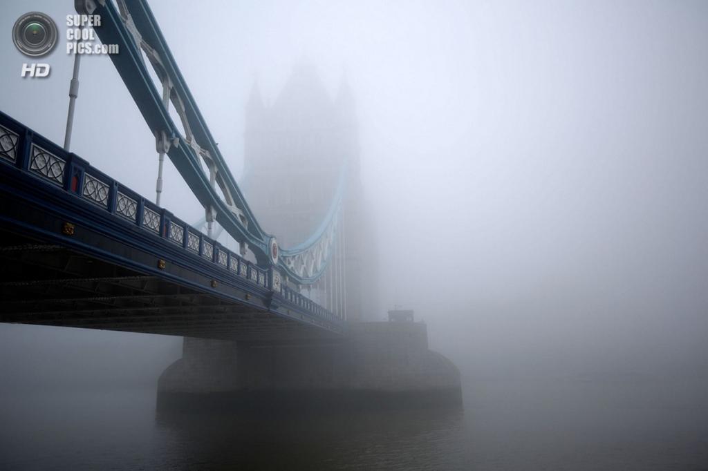Великобритания. Лондон. 24 сентября. Утренний туман у Тауэрского моста. (Matthew Lloyd/Getty Images)