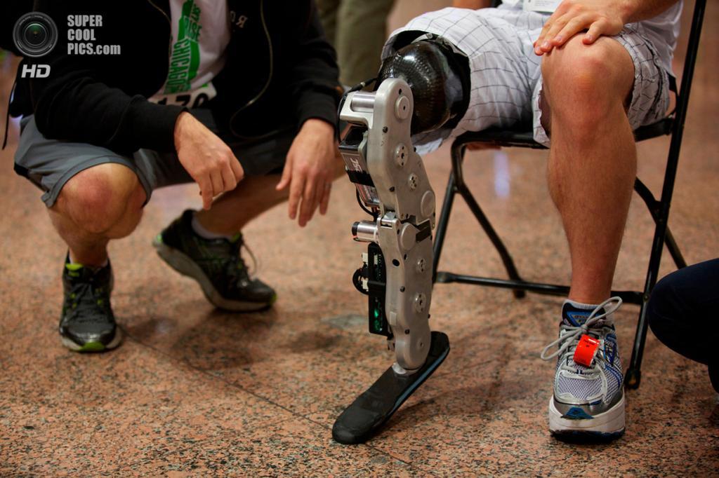 США. Чикаго, Иллинойс. 4 ноября 2012 года. 31-летний инженер-программист Зак Ваутер готовится совершить подъём на 103-этажный небоскрёб Уиллис-тауэр при помощи первой в мире нейроно-контролируемой бионической ноги. (REUTERS/John Gress)