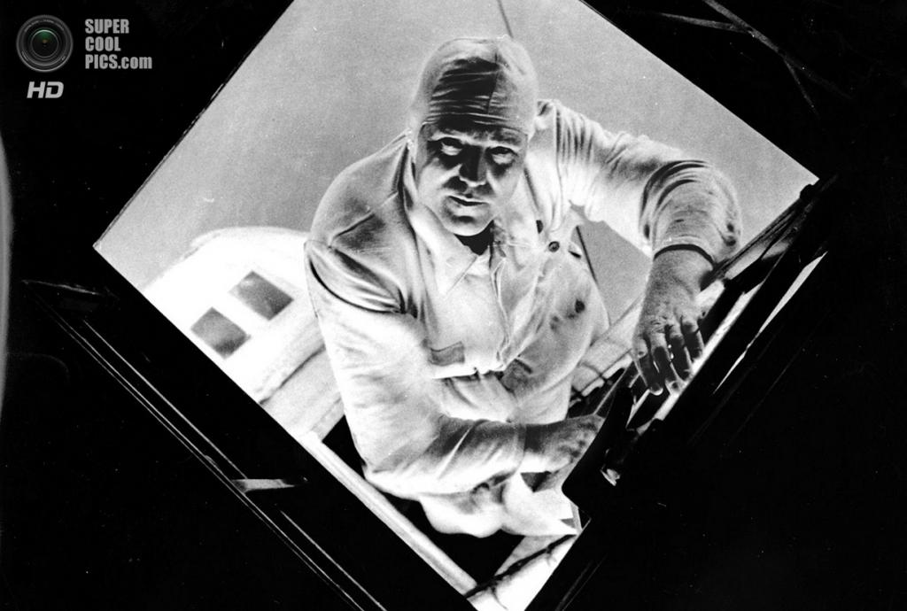 Август 1933 года. Механик дирижабля «Граф Цеппелин» в гондоле заднего двигателя. (AP Photo/Alfred Eisenstaedt)