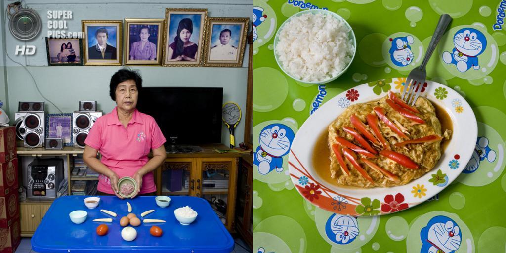 Таиланд. Бангкок. Блюдо: Омлет фаршированный свининой помидорами и молодой кукурузой. (Gabriele Galimberti)