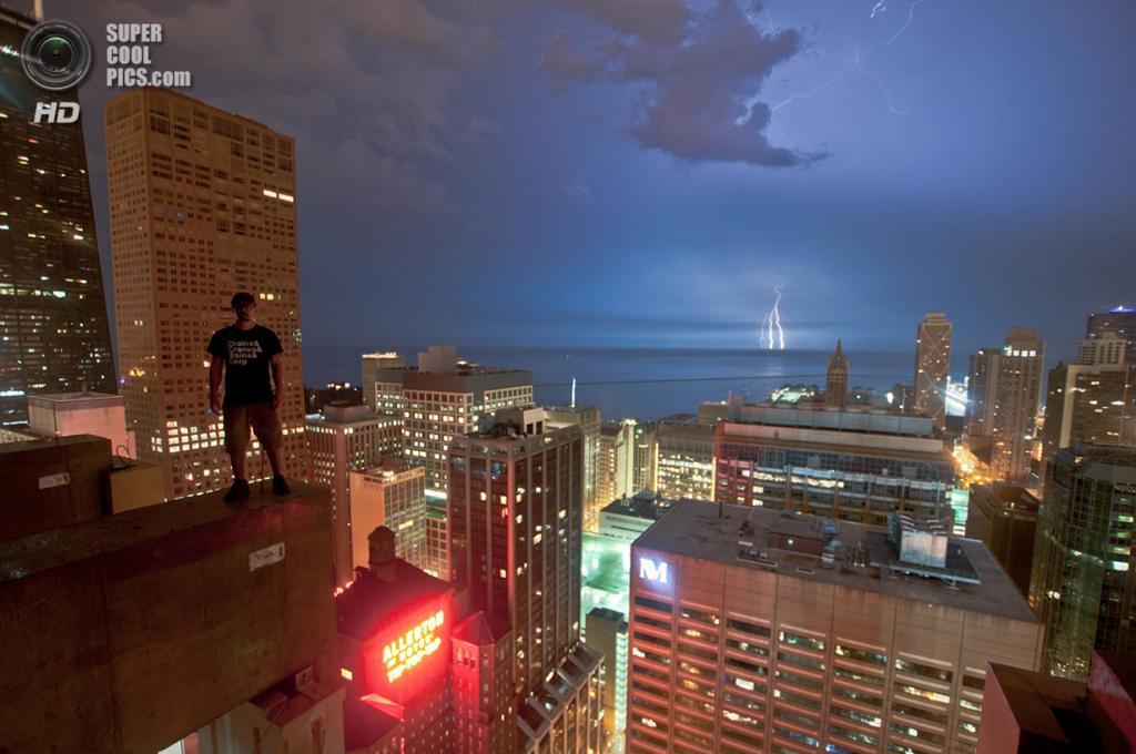США. Чикаго, Иллинойс. Молния на озере Мичиган, вид с отеля Ritz-Carlton. (Bradley Garrett)