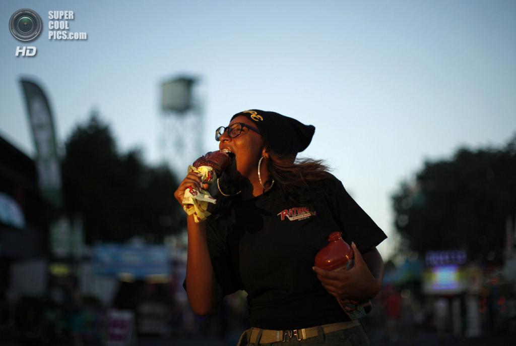 США. Помона, Калифорния. 4 сентября. 16-летняя Мэрайя Эванс ест зажаренную ножку индейки на местной ярмарке. (REUTERS/Lucy Nicholson)