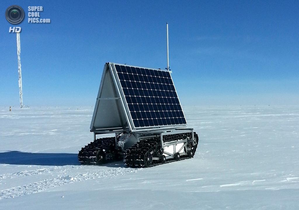 Дания. Гренландия. 2 июня. Полярный ровер GROVER на ходу во время тестов потребляемой мощности. GROVER — это полярный робот, оснащённый георадаром для анализа снега и льда, а также автономной системой, управляемой по спутниковой связи компании Iridium. Всё это помещается между двумя солнечными панелями на двух гусеницах. (NASA Goddard/Matt Radcliff)