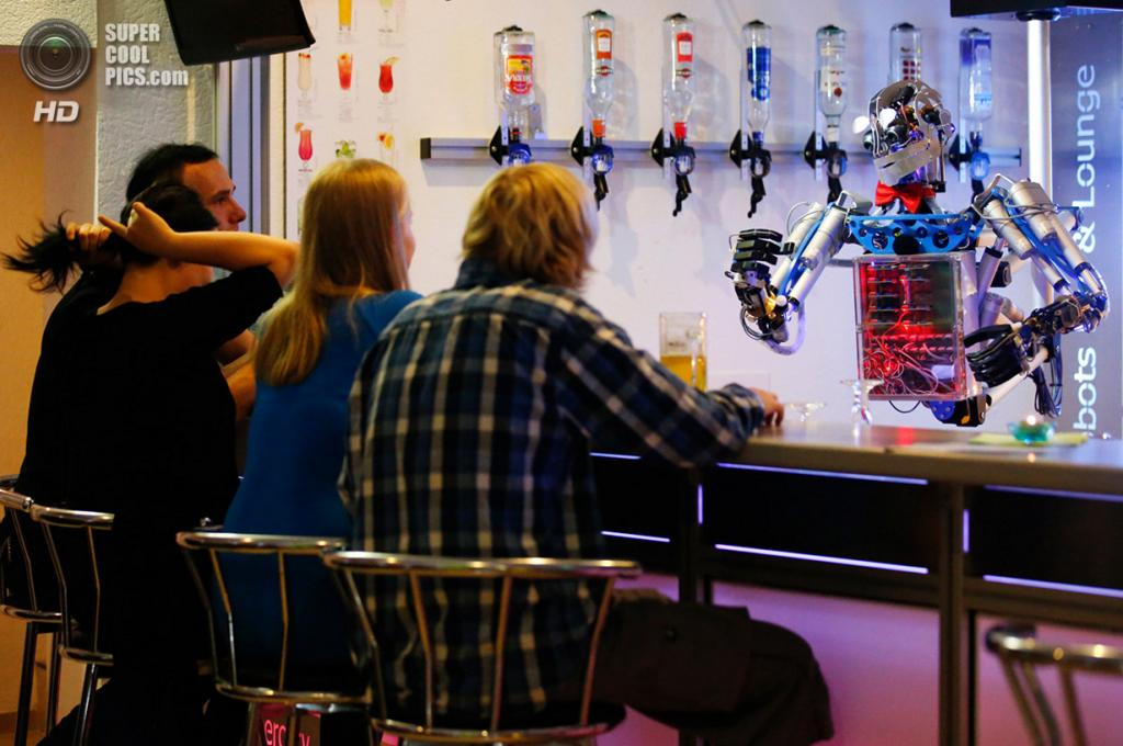 Германия. Ильменау, Тюрингия. 26 июля. Робот-бармен по имени Карл обслуживает клиентов. (REUTERS/Fabrizio Bensch)
